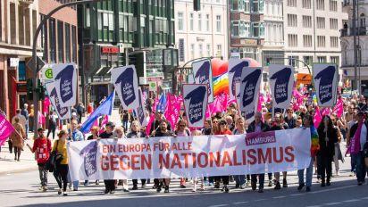 Viele Zehntausend demonstrieren gegen Nationalismus