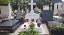 """""""Il reste gravé dans notre mémoire"""": un an après sa mort, des nostalgiques visitent quotidiennement la tombe de JacquesChirac"""