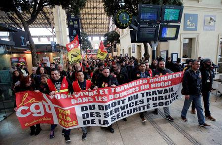 Railway workers demonstrate inside the Gare Saint-Charles train station on the second day of a nationwide strike by French SNCF railway workers, in Marseille, France, April 4, 2018. REUTERS/Jean-Paul Pelissier