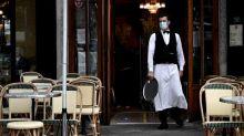 """""""C'est hyper dur de respirer et vraiment oppressant"""": avec la canicule, travailler avec un masque est difficile à supporter"""