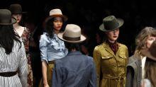 Berlin Fashion Week: Lena Hoschek schließt die Show mit einem besonderen Walk