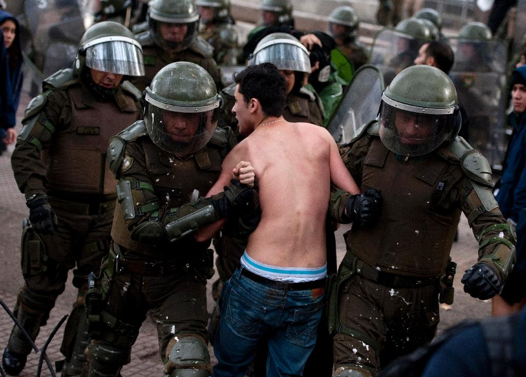 Riot police arrest a student during a demonstration in Santiago on May 28, 2015 (AFP Photo/Vladimir Rodas)