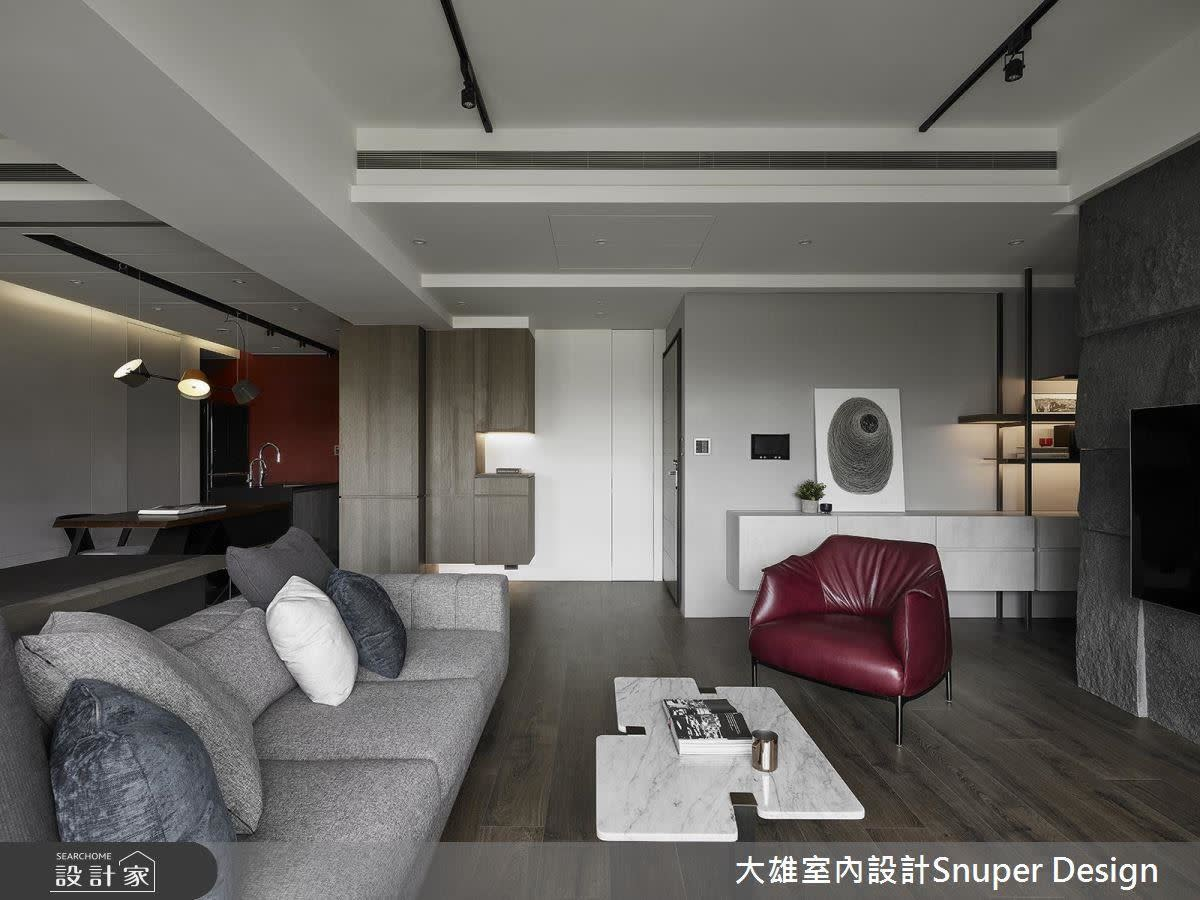 廚房底部的一抹嫣紅,與沙發單椅相配成為家中的亮點。