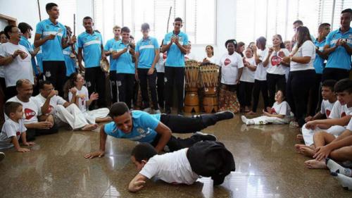 Representação: Equipe sub-17 do Santos visita AACD e motiva crianças