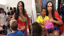 Gracyanne Barbosa surge de Mulher Maravilha em festa infantil