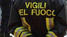 Roma, bus in fiamme sulla Pontina: autista esce da finestrino