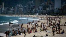 Cariocas enchem as praias neste sábado, mesmo com proibição de permanência nas areias