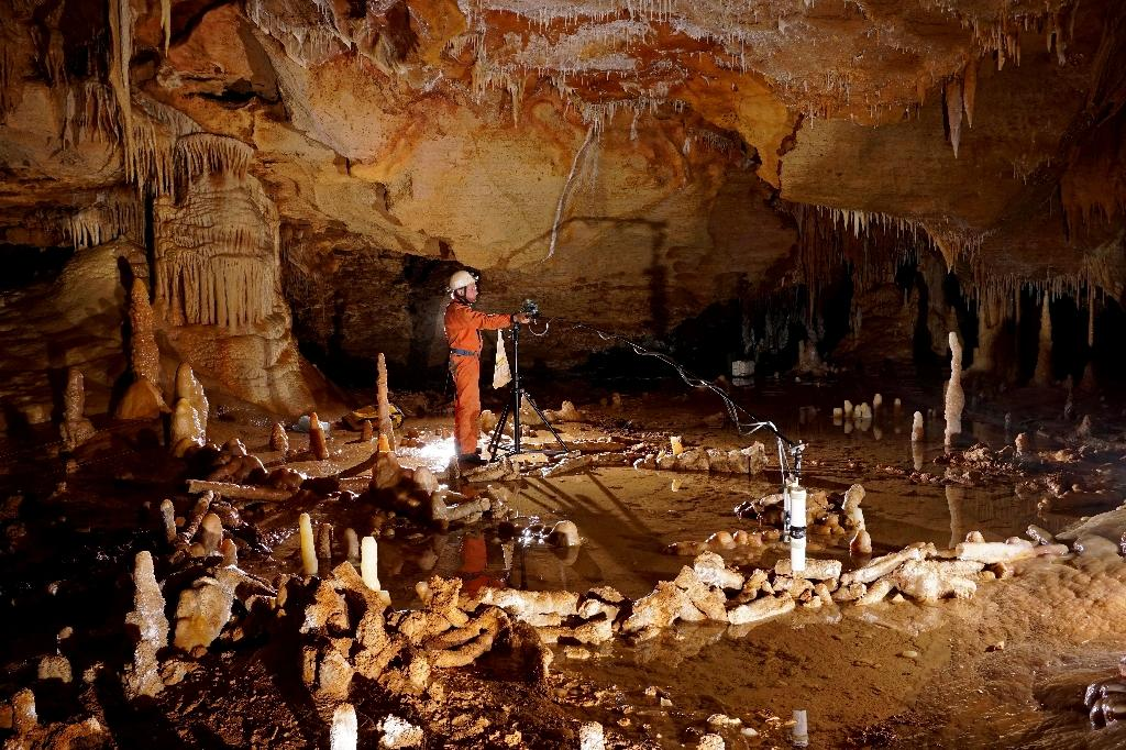 """A member of a research team takes magnetic readings at the """"Grotte de Bruniquel"""" caves, in Bruniquel, Tarn-et-Garonne (AFP Photo/Etienne Fabre)"""