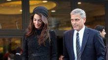 Amal Clooney escoge un total black para ver al Papa