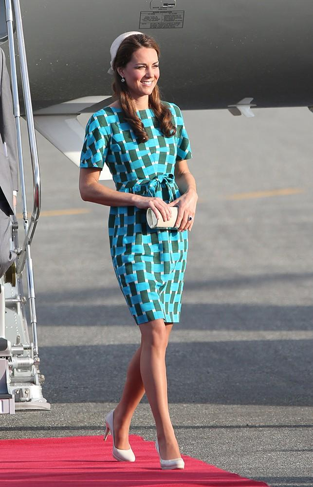 On day 6, Kate and Wills arrived at the Solomon Islands, Kate dressed in a brightJonathan Saunders dress.