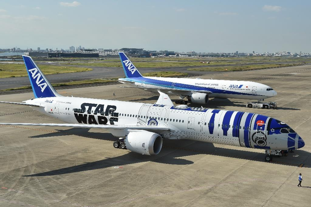 An All Nippon Airways (ANA) Boeing 787-9 aircraft in the livery of Star Wars droid character R2-D2 is seen on the tarmac at Tokyo's Haneda airport on October 14, 2015 (AFP Photo/Kazuhiro Nogi)