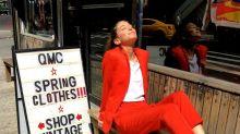 La sobrina de Mario Testino reta al consumismo vistiendo siempre el mismo traje