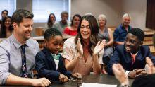 Garoto de 13 anos leva a mãe adotiva às lágrimas com discurso no tribunal