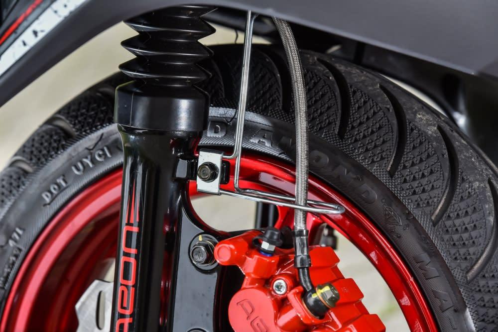 車輛即配有改裝必備的金屬煞車油管。