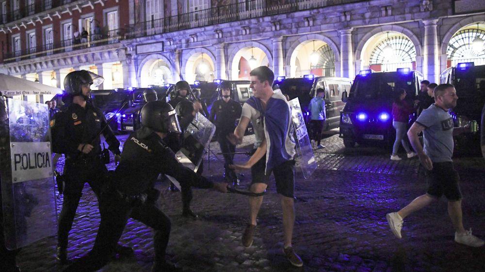 Torcedores do Leicester entram em conflito com a polícia em Madrid
