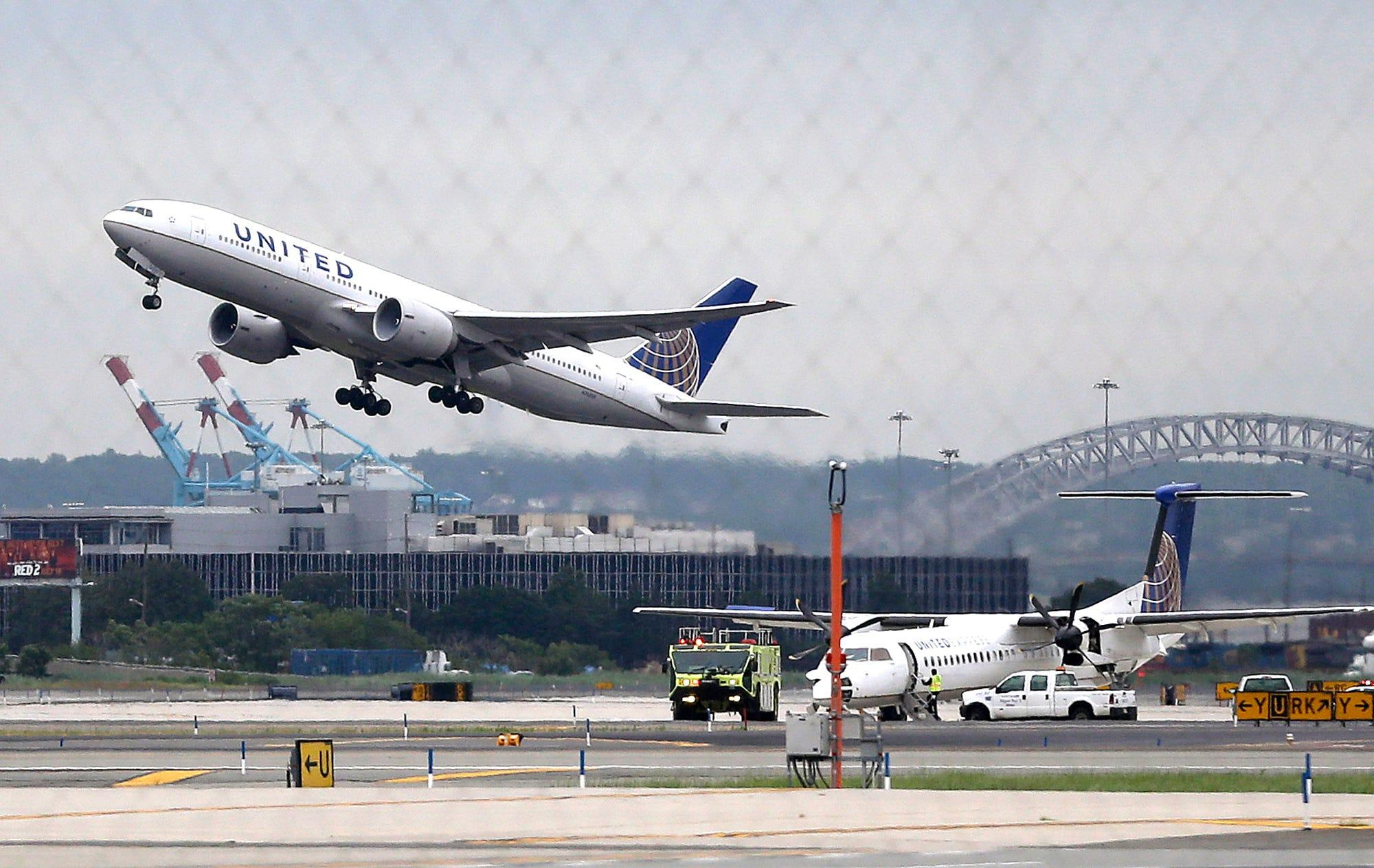 United Airlines reports $1.8 billion quarterly loss, but pins hopes on recovery in 2022