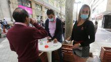"""Chile reabre sus """"cafés con piernas"""" tras pandemia y pese a quejas feministas"""