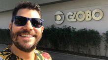 Evaristo Costa visita antiga emissora e faz piada: 'Mãe, tô na Globo'