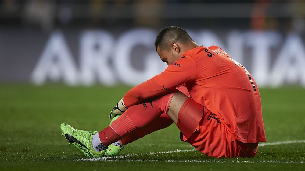 """Buffon regala la maglia allo sfortunato Asenjo: """"Grazie Gigi e... Sansone"""""""