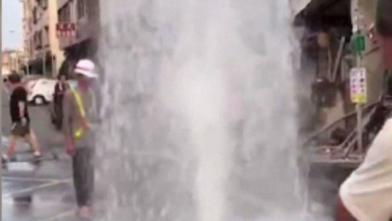 馬路驚見4米噴泉 路過民眾看傻了
