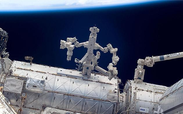Robot fixes robot on the ISS so astronauts don't have to (video)