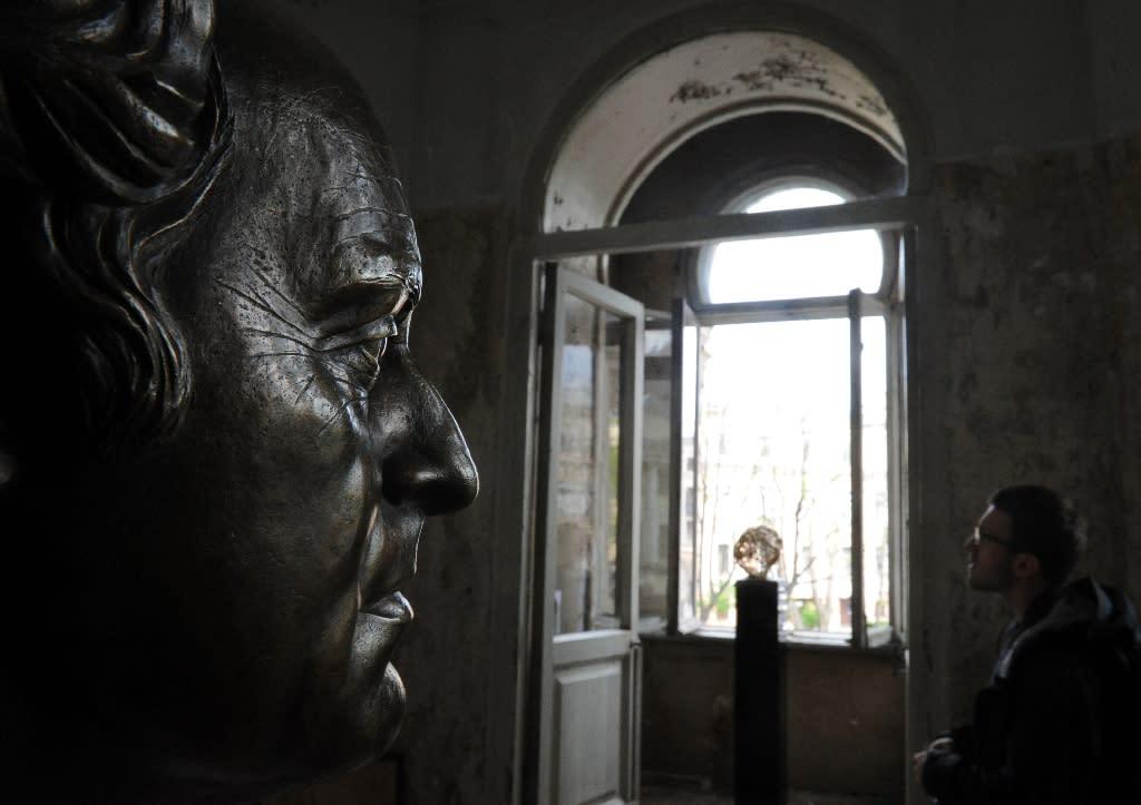 A man visits the museum-apartment Joseph Brodsky in Saint Petersburg, on May 22, 2015 (AFP Photo/Olga Maltseva)