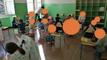 La imagen del regreso a las aulas que avergüenza en Italia: niños con sillas como pupitres