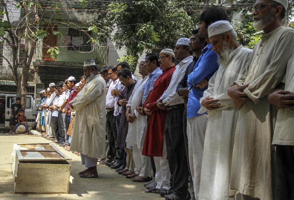 Relatives and friends attend the funeral of murdered Bangladeshi gay rights activist Xulhaz Mannan in Dhaka on April 26, 2016 (AFP Photo/Rehman Asad)
