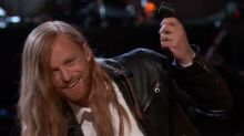 'Voice' contestant seamlessly handles accidental mic drop