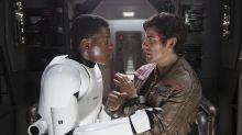 """Ator de 'Star Wars' reforça carga gay da franquia: """"Difícil ver meu homem beijando outra"""""""