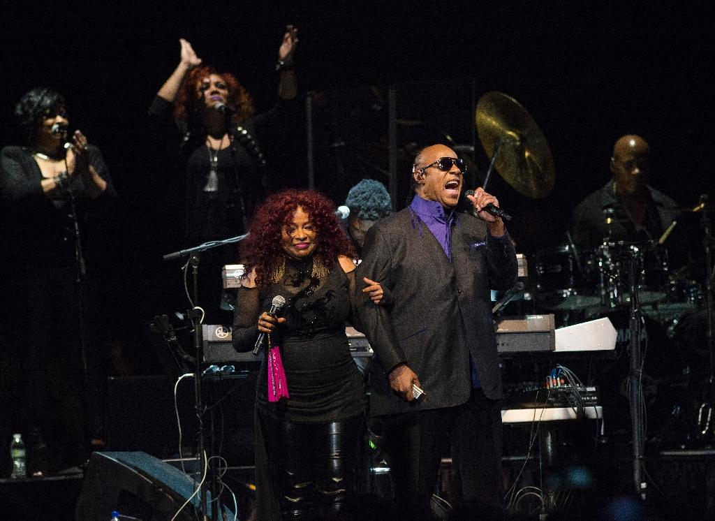 Chaka Khan and Stevie Wonder perform at a tribute concert to Prince in Minnesota on October 13, 2016 (AFP Photo/Stephen Maturen)