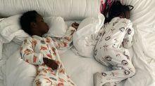 """Bruno Gagliasso mostra Títi e Bless na cama: """"Anjos quando estão dormindo"""""""