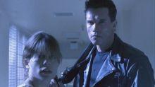 Arnold Schwarzenegger y Linda Hamilton recrean la misma foto de 'Terminator' 27 años después
