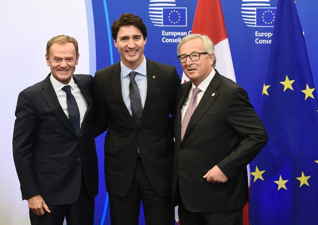 (L-R) European Council President Donald Tusk, Canadian Prime Minister Justin Trudeau and European Commission President Jean-Claude Juncker during the EU-Canada summit meeting at the EU headquarters in Brussels on October 30, 2016 (AFP Photo/John Thys)