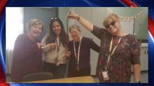 La foto que envió una directora de unas maestras posando con un nudo corredizo genera indignación