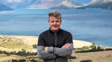 El chef Gordon Ramsay provoca indignación al cazar una cabra y cocinarla en su programa de televisión