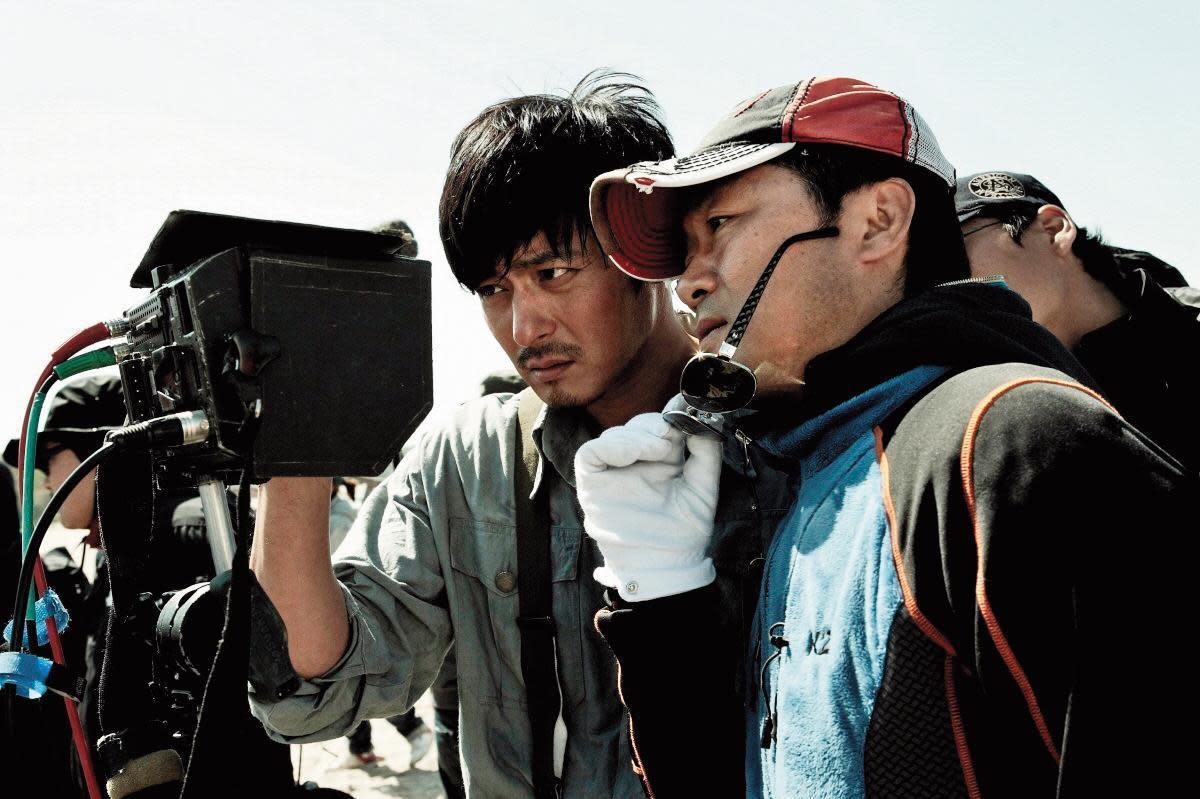 與姜帝圭(右)合作《太極旗—生死兄弟》《登陸之日》2部電影,讓張東健(左)成功打開國際知名度。(Showbox提供)