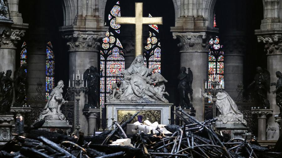 Des ouvriers fumaient sur le chantier de Notre-Dame