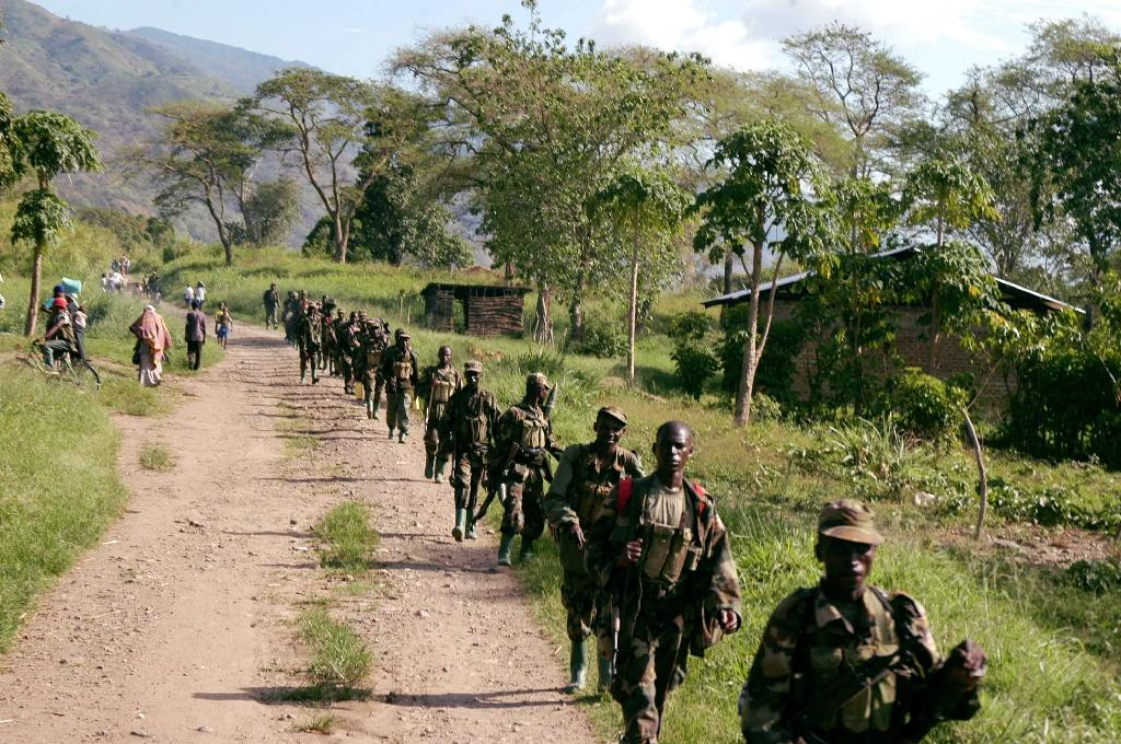 Soldiers patrol near the border with Congo after engaging with rebels from ADF in a battle on the banks of the Semuliki River in Rwakasenyi, western Uganda on March 28, 2007 (AFP Photo/Peter Busomoke)