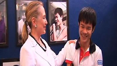 Clinton, in Laos, visits prosthetic center