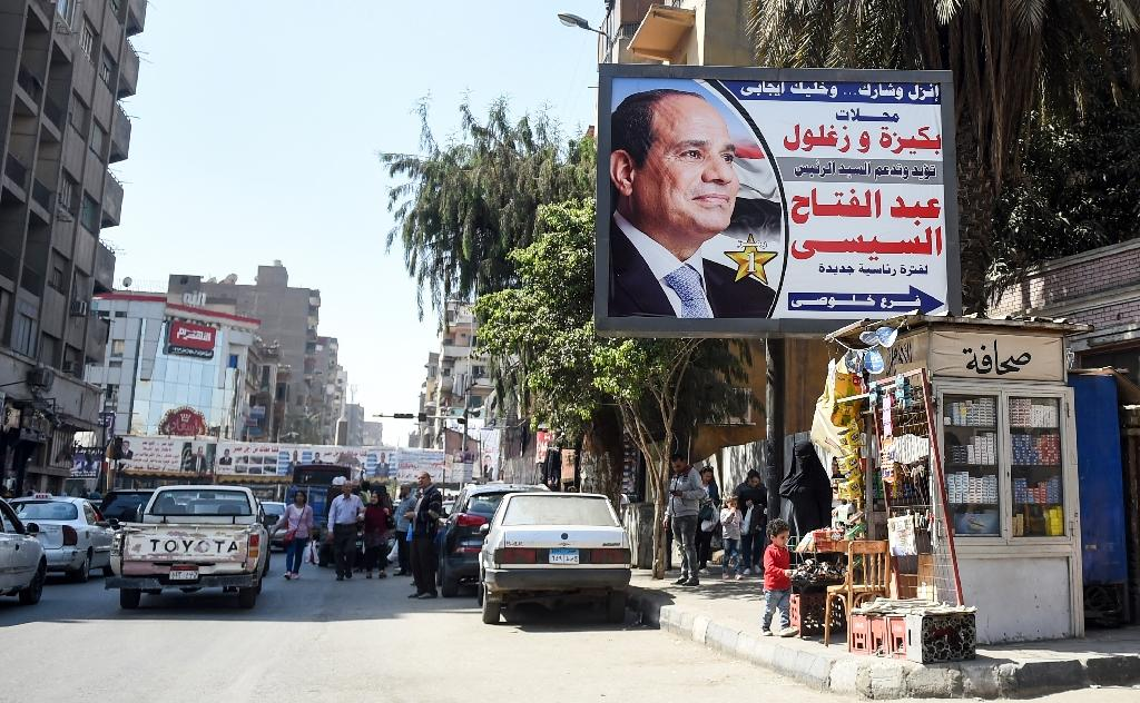 A picture taken on March 20, 2018 shows a large billboard showing a privately sponsored election advertisement supporting Egyptian President Abdel Fattah al-Sisi down a main street in the capital Cairo's northern suburb of Shubra (AFP Photo/MOHAMED EL-SHAHED)