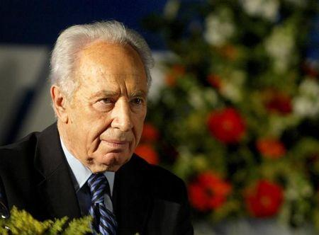 Labour Party leader Shimon Peres attends his party's conference in Tel Aviv, December 2004. REUTERS/Nir Elias