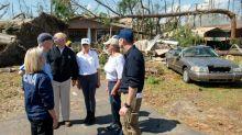 Trump questiona mudanças climáticas ao visitar áreas varridas por furacão