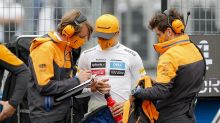 """Norris ajuda mecânicos da McLaren a desmontar carro após GP da Hungria: """"É um jeito de cuidar deles"""""""