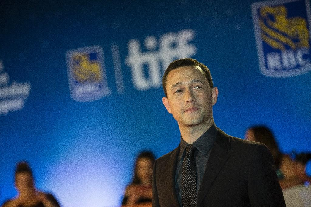 Joseph Gordon-Levitt poses for photos at the premier for Snowden at the Toronto International Film Festival in Toronto, Ontario, September 9, 2016 (AFP Photo/Geoff Robins)