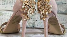 Encuentra el mensaje oculto de su madre fallecida en sus zapatos de boda