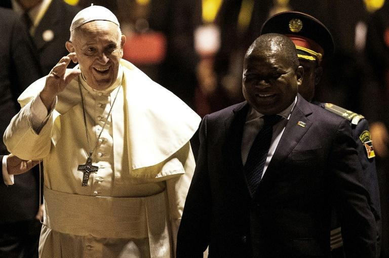 President Filipe Nyusi greeted Francis at the airport (AFP Photo/GIANLUIGI GUERCIA)