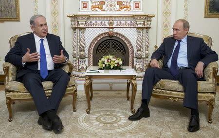 Israeli Prime Minister Benjamin Netanyahu (L) speaks with Russian President Vladimir Putin during their meeting at the Novo-Ogaryovo state residence outside Moscow, Russia, September 21, 2015. REUTERS/Ivan Sekretarev/Pool