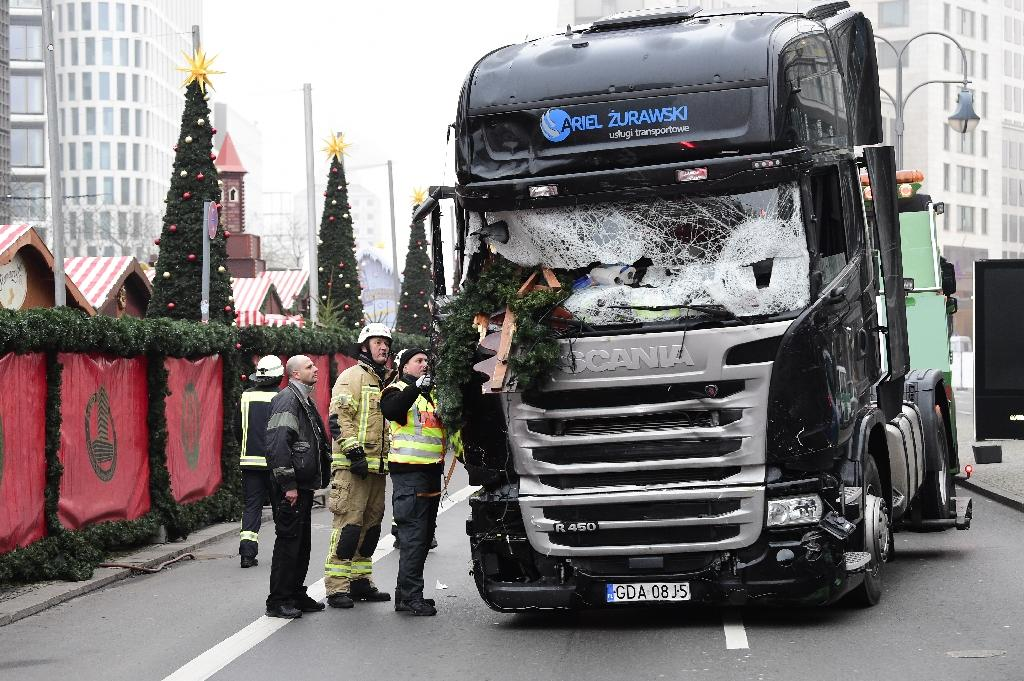 German officials inspect the truck that Anis Amri drove through a packed Berlin Christmas market on December 19, 2016 (AFP Photo/Tobias SCHWARZ)