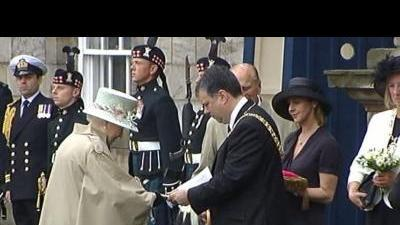 Queen formally receives keys to Edinburgh